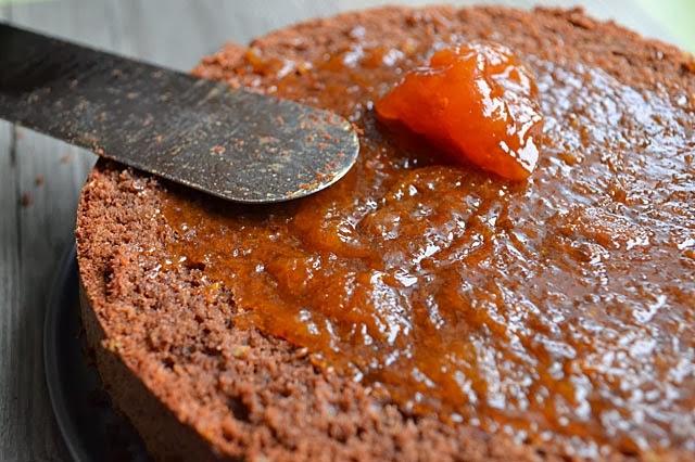 Rehrücken-Torte mit Marmelade füllen