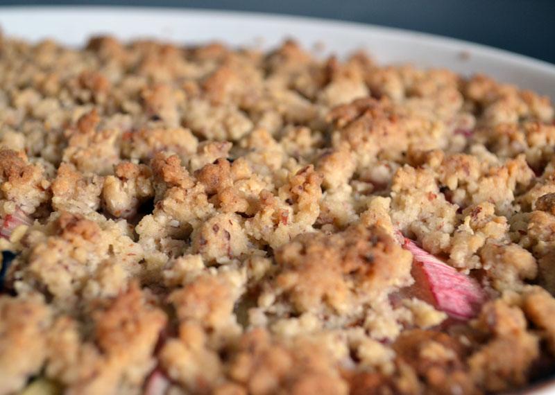 veganer rhabarber-kuchen mit Streusel