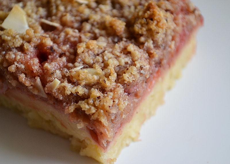 Rhabarber-Erdbeer-Streuselkuchen